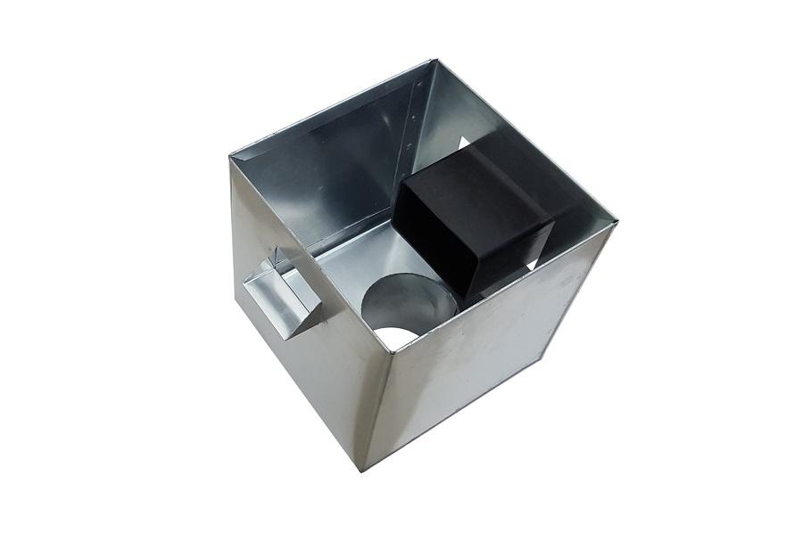 boîte à eau Zinc brut vue de dessus avec le tuyau de la sortie d'eau pluviale