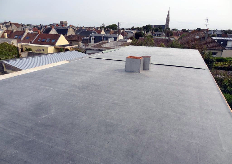 toiture plate sans rebords couverte en membrane EPDM avec des sorties de cheminées au milieu.