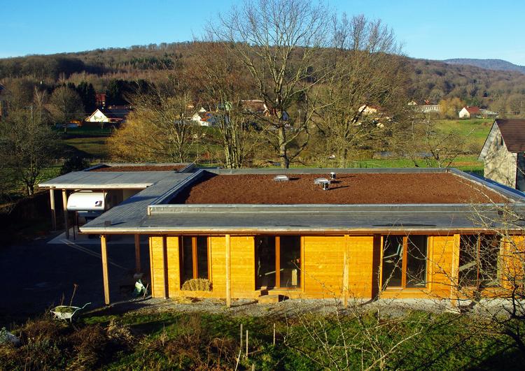 pavillon avec un toit plat couvert en EPDM, la partie centrale est couverte de substrat avant la plantation des sedums, le pavillon est situé dans une zone rurale.