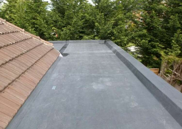 toiture plate en membrane EPDM en extension d'une toiture traditionnelle couverte en tuile.