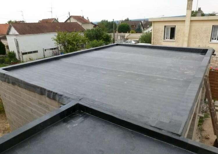 toiture en membrane EPDM collé sur panneaux CTBH en zone urbaine