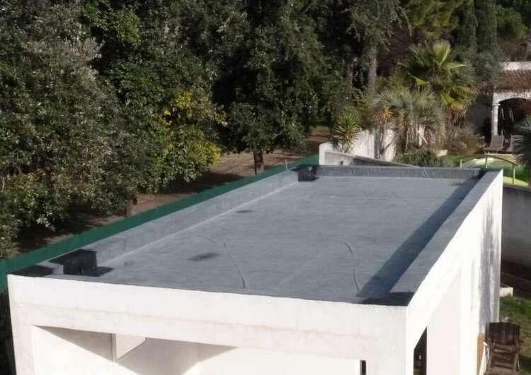 garage couvert en membrane EPDM, les bandes adhésives dans les angles et sur la descente d'eau pluviale sont bien visibles.