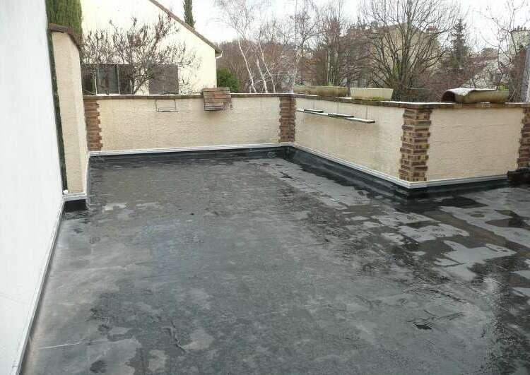 toiture plate couverte en membrane EPDM, cernée par des murs.